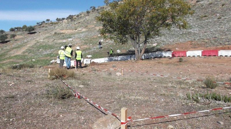 Lugar delimitado de la excavación antes de proceder a la retirada de toneladas de tierra.